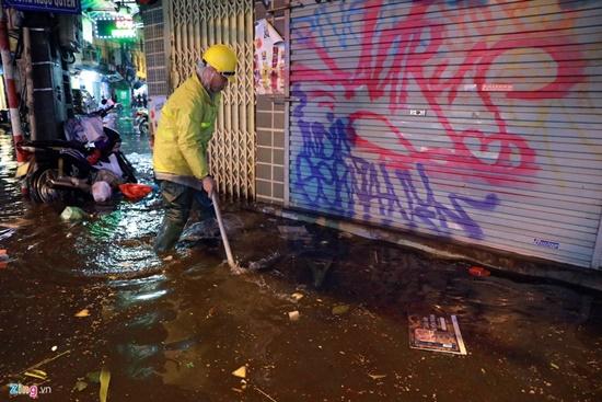 Mưa lớn kinh hoàng đêm 30 Tết, người dân Thủ đô hối hả dọn nhà ngập nước kịp đón giao thừa - Ảnh 9