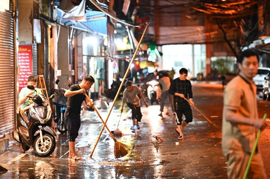 Mưa lớn kinh hoàng đêm 30 Tết, người dân Thủ đô hối hả dọn nhà ngập nước kịp đón giao thừa - Ảnh 3