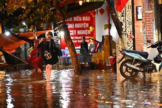 Mưa lớn kinh hoàng đêm 30 Tết, người dân Thủ đô hối hả dọn nhà ngập nước kịp đón giao thừa - Ảnh 4