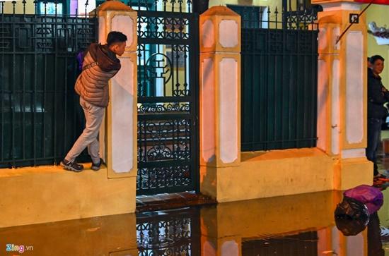 Mưa lớn kinh hoàng đêm 30 Tết, người dân Thủ đô hối hả dọn nhà ngập nước kịp đón giao thừa - Ảnh 7