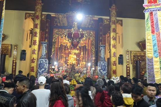 Người dân xuyên đêm xin giò hoa tre cầu may ở đền thờ Thánh Gióng - Ảnh 10