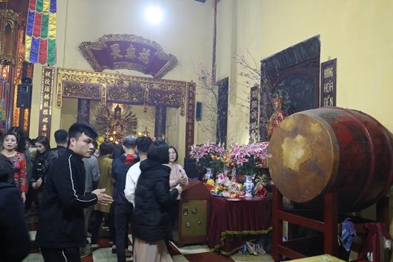 Người dân xuyên đêm xin giò hoa tre cầu may ở đền thờ Thánh Gióng - Ảnh 11