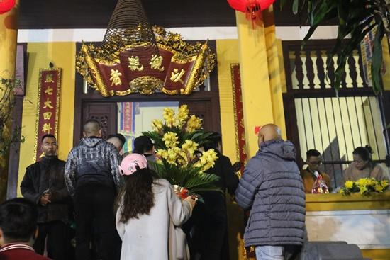 Người dân xuyên đêm xin giò hoa tre cầu may ở đền thờ Thánh Gióng - Ảnh 12