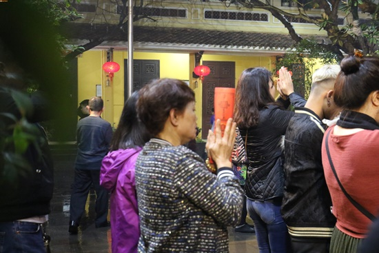Người dân xuyên đêm xin giò hoa tre cầu may ở đền thờ Thánh Gióng - Ảnh 13