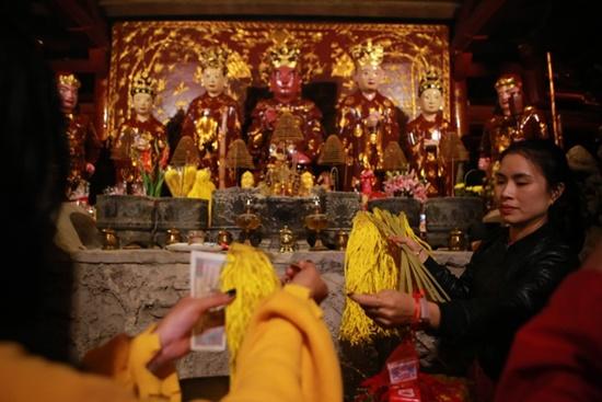 Người dân xuyên đêm xin giò hoa tre cầu may ở đền thờ Thánh Gióng - Ảnh 2