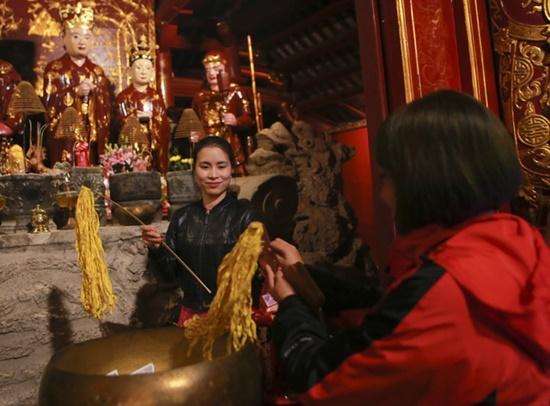 Người dân xuyên đêm xin giò hoa tre cầu may ở đền thờ Thánh Gióng - Ảnh 3