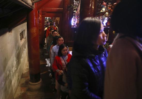 Người dân xuyên đêm xin giò hoa tre cầu may ở đền thờ Thánh Gióng - Ảnh 4