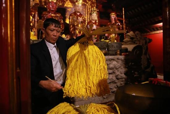 Người dân xuyên đêm xin giò hoa tre cầu may ở đền thờ Thánh Gióng - Ảnh 5