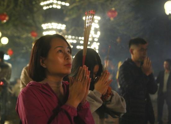 Người dân xuyên đêm xin giò hoa tre cầu may ở đền thờ Thánh Gióng - Ảnh 6
