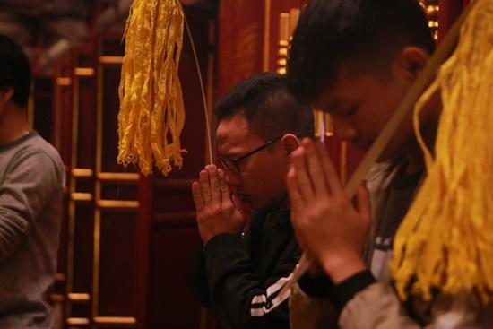Người dân xuyên đêm xin giò hoa tre cầu may ở đền thờ Thánh Gióng - Ảnh 7
