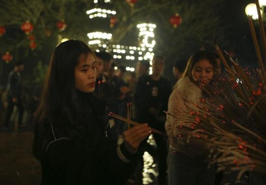 Người dân xuyên đêm xin giò hoa tre cầu may ở đền thờ Thánh Gióng - Ảnh 8