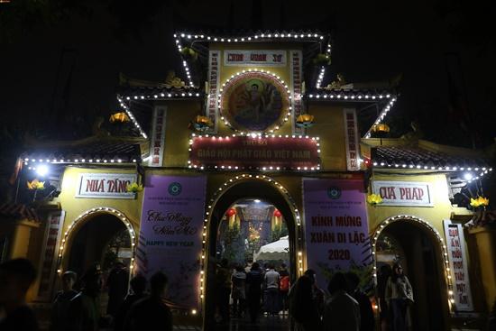 Người dân xuyên đêm xin giò hoa tre cầu may ở đền thờ Thánh Gióng - Ảnh 9