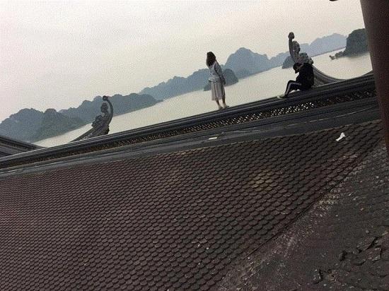 """Xôn xao cảnh tượng đôi nam nữ trèo lên mái chùa Tam Chúc chụp ảnh """"sống ảo"""" - Ảnh 1"""