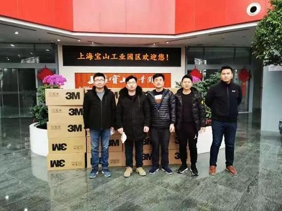 Ngăn nhiễm virus corona, thanh niên Trung Quốc tặng hàng xóm 6.000 chiếc khẩu trang - Ảnh 1