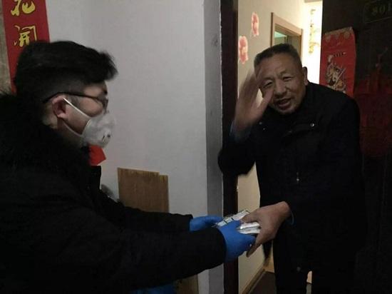 Ngăn nhiễm virus corona, thanh niên Trung Quốc tặng hàng xóm 6.000 chiếc khẩu trang - Ảnh 2