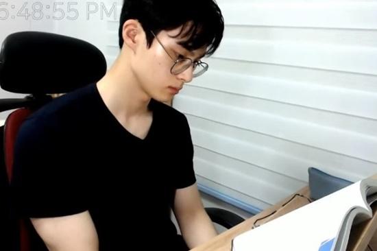 Bỏng mắt trước body 6 múi của mỹ nam Hàn Quốc nổi tiếng chỉ với clip ngồi im học bài - Ảnh 1