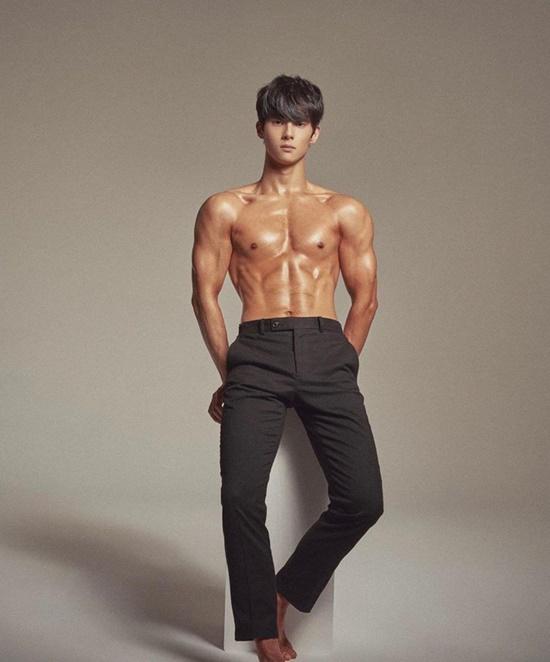 Bỏng mắt trước body 6 múi của mỹ nam Hàn Quốc nổi tiếng chỉ với clip ngồi im học bài - Ảnh 3