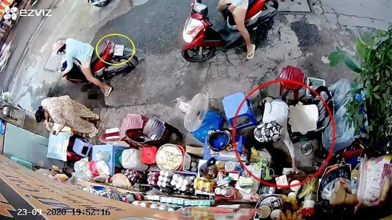 Vụ người phụ nữ xúi bé trai trộm túi tiền ở TP.HCM: Nghi phạm bị bắt khi đang cùng chồng dùng ma túy - Ảnh 2