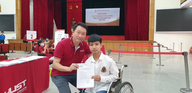 Nam sinh 10 năm được cõng đến nhập học tại ĐH Bách khoa Hà Nội, không có bạn thân bên cạnh - Ảnh 1