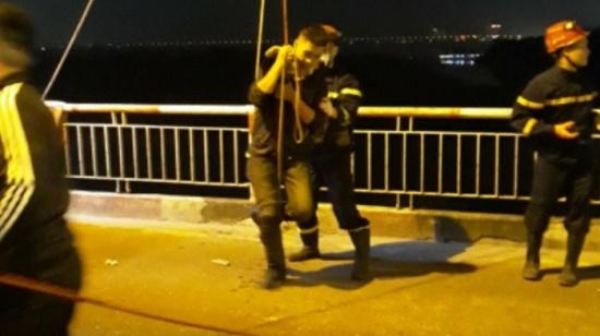 Cảnh sát đu dây, cứu sống người đàn ông nhảy cầu Chương Dương giữa đêm - Ảnh 1