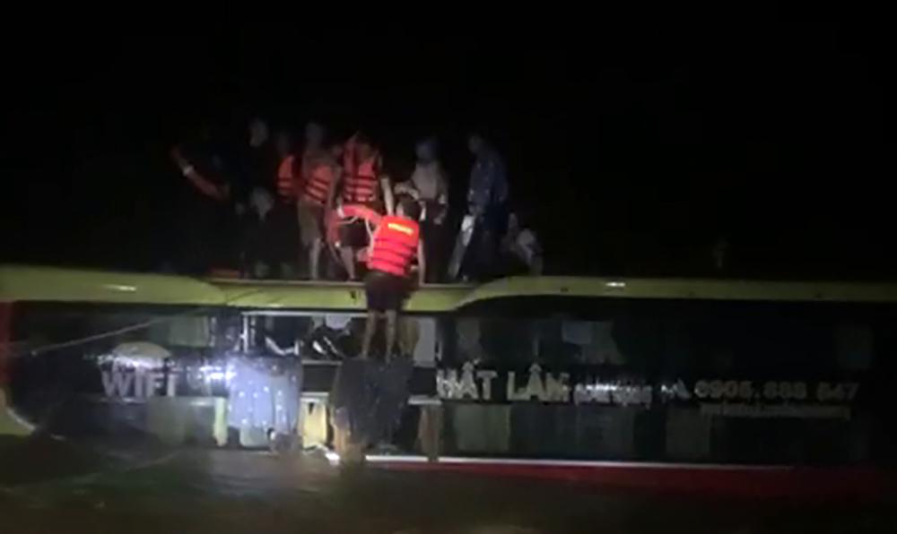 Quảng Bình: Cảnh sát giao thông cứu xe khách chở 20 người bị lũ cuốn trôi trong đêm - Ảnh 1