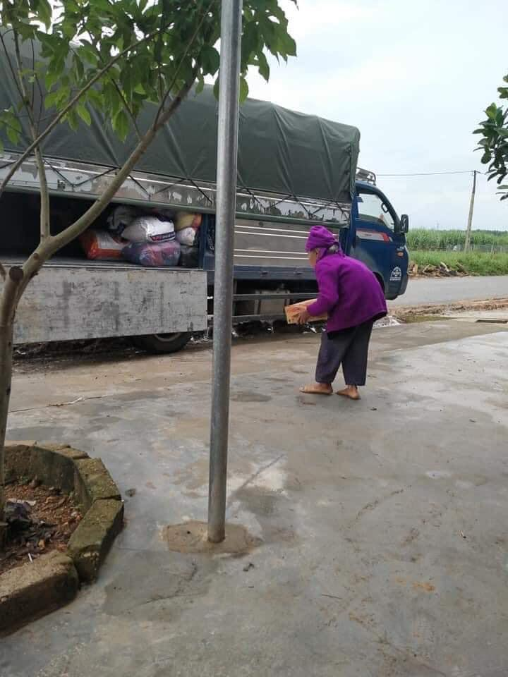"""""""Cay khóe mắt"""" hình ảnh cụ bà 92 tuổi bê thùng mỳ để ủng hộ đồng bào miền Trung - Ảnh 1"""