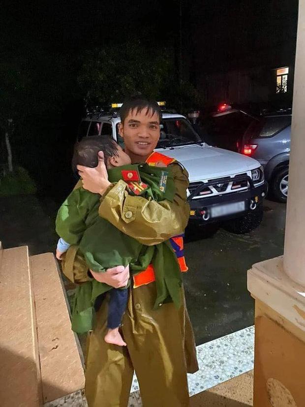 Xúc động khoảnh khắc chiến sĩ công an bế bé gái gãy tay vội vã lên ô tô tới bệnh viện trong mưa lũ - Ảnh 2