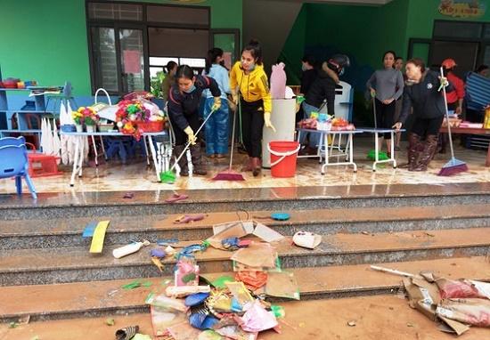 Sáng nay (22/10), hơn 100 nghìn học sinh tại Hà Tĩnh đi học trở lại sau trận lũ lịch sử - Ảnh 1