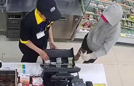 Bắt giữ đối tượng dùng dao khống chế 2 nhân viên cửa hàng tiện lợi để cướp tiền - Ảnh 1
