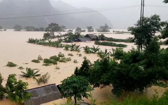 Khoảng 2.000 ngôi nhà tại Quảng Bình vẫn bị ngập trong nước lũ - Ảnh 1