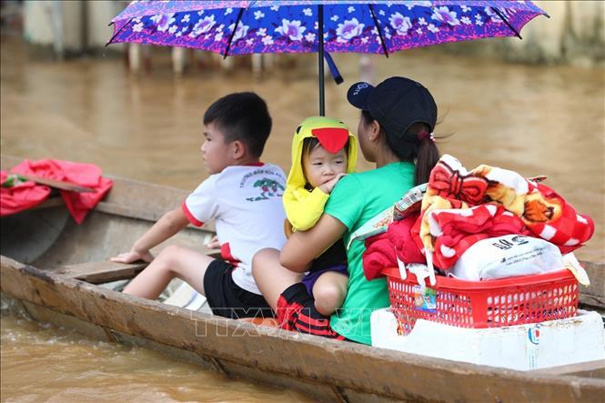 Khoảng 2.000 ngôi nhà tại Quảng Bình vẫn bị ngập trong nước lũ - Ảnh 2