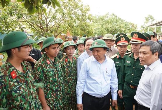 Chùm ảnh: Thủ tướng thăm hỏi, động viên bà con vùng lũ - Ảnh 11