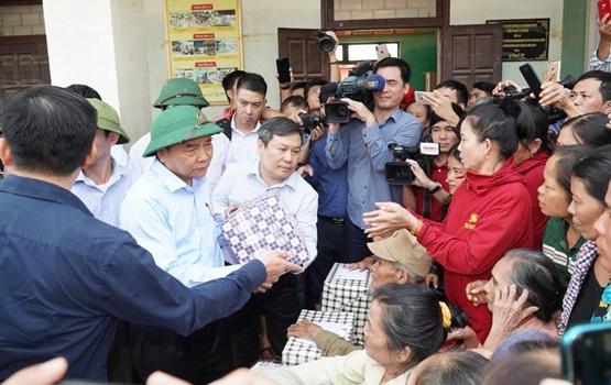Chùm ảnh: Thủ tướng thăm hỏi, động viên bà con vùng lũ - Ảnh 4