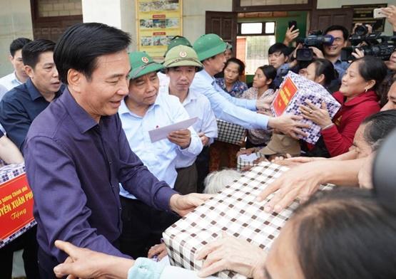 Chùm ảnh: Thủ tướng thăm hỏi, động viên bà con vùng lũ - Ảnh 5