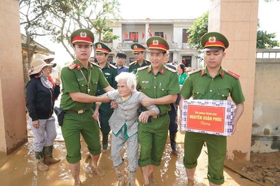 Chùm ảnh: Thủ tướng thăm hỏi, động viên bà con vùng lũ - Ảnh 8