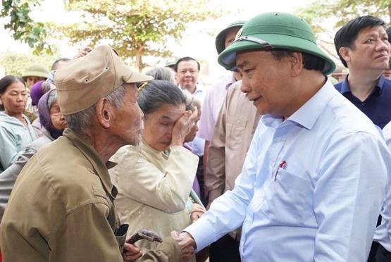 Chùm ảnh: Thủ tướng thăm hỏi, động viên bà con vùng lũ - Ảnh 9