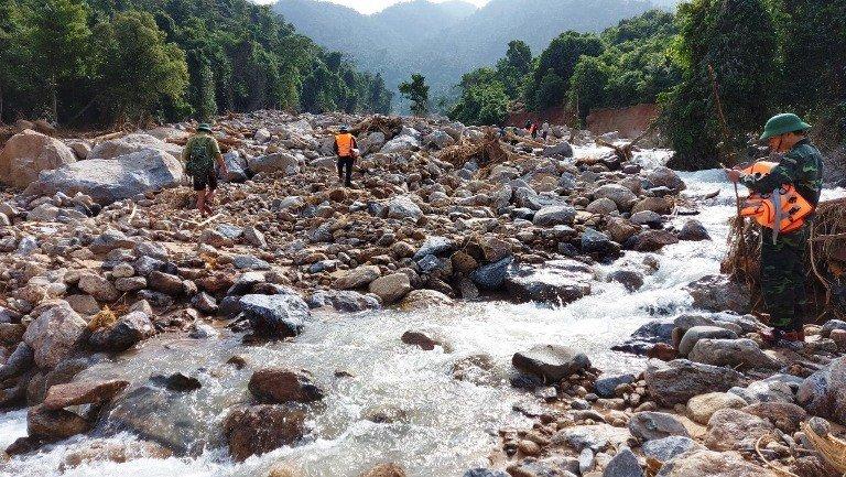 Vụ sạt lở núi vùi lấp lán trại ở Quảng Bình: Tìm thấy 3 thi thể - Ảnh 1