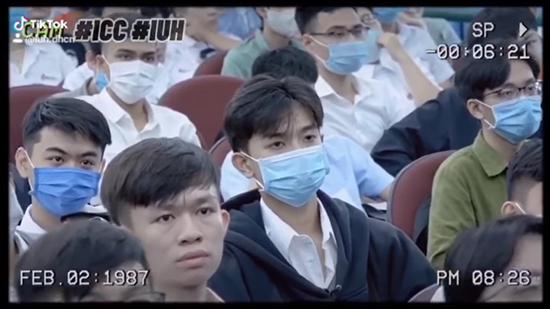 """Dù bịt khẩu trang hay che miệng, các tân sinh viên ĐH Công nghiệp TP.HCM vẫn khiến dân mạng """"đổ gục"""" vì loạt khoảnh khắc này - Ảnh 5"""