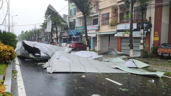 Cận cảnh sức phá hoại khủng khiếp của bão số 9 đổ bộ vào Quảng Ngãi: Cây xa la liệt đổ, thổi bay mái tôn - Ảnh 12
