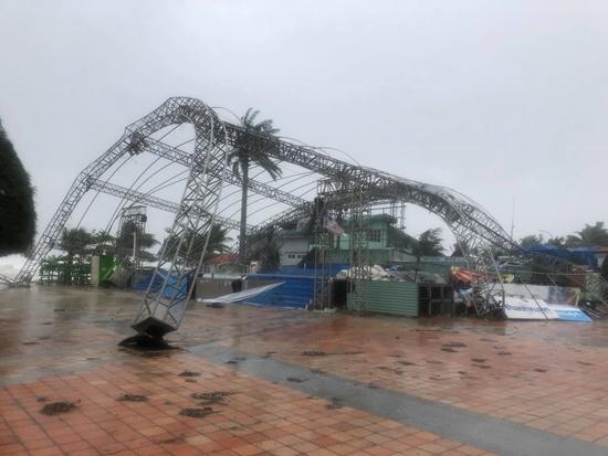 Cận cảnh sức phá hoại khủng khiếp của bão số 9 đổ bộ vào Quảng Ngãi: Cây xa la liệt đổ, thổi bay mái tôn - Ảnh 6