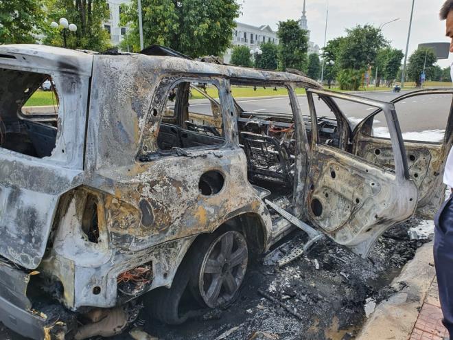 Xe sang Mercedes GL450 bốc cháy trơ khung trong khu đô thị ở Hà Nội - Ảnh 2
