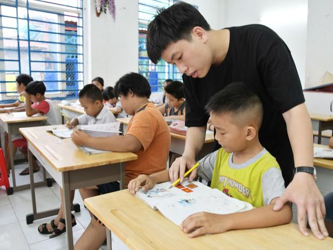 """Cuốn sách thay đổi cuộc đời và tấm lòng thơm thảo của """"thầy giáo 9X"""" với trẻ nghèo khó  - Ảnh 2"""