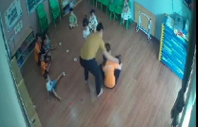 Vụ bé gái 2 tuổi bị bố bạn học tát ở trường: Công an truy tìm người đàn ông đánh trẻ - Ảnh 1