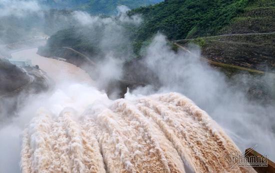 Thủy điện ở Nghệ An đồng loạt xả lũ, người dân ôm đồ di tản trong đêm - Ảnh 1