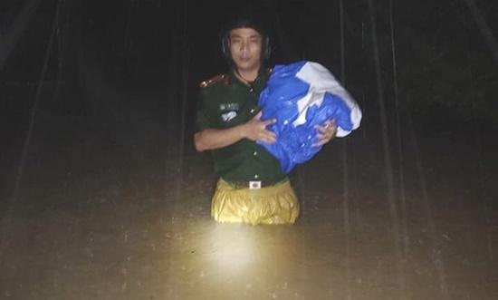 Thủy điện ở Nghệ An đồng loạt xả lũ, người dân ôm đồ di tản trong đêm - Ảnh 11
