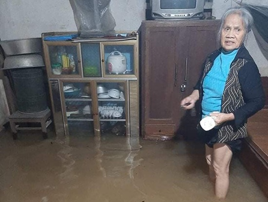 Thủy điện ở Nghệ An đồng loạt xả lũ, người dân ôm đồ di tản trong đêm - Ảnh 8