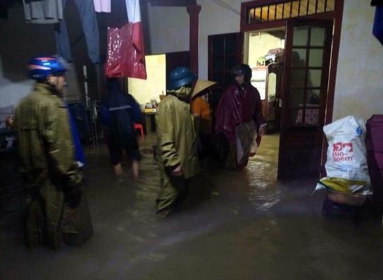 Thủy điện ở Nghệ An đồng loạt xả lũ, người dân ôm đồ di tản trong đêm - Ảnh 9