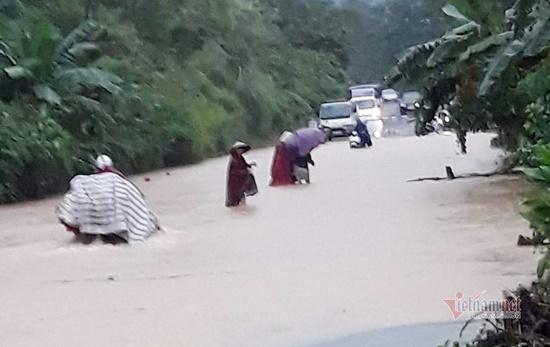 Thủy điện ở Nghệ An đồng loạt xả lũ, người dân ôm đồ di tản trong đêm - Ảnh 6