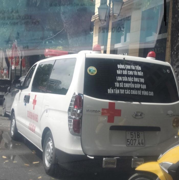"""Hé lộ dòng thông điệp """"lạ"""" phía sau xe chở bệnh nhân miễn phí của ông Đoàn Ngọc Hải - Ảnh 1"""