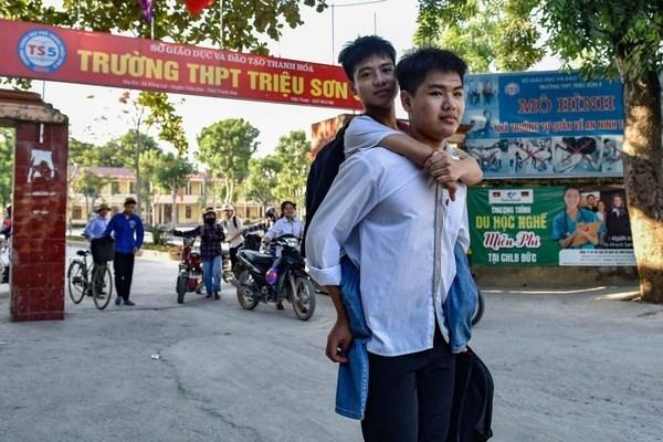 """Nam sinh 10 năm cõng bạn đến trường: """"Dù ĐH Y Hà Nội có đặc cách, em cũng xin từ chối"""" - Ảnh 1"""